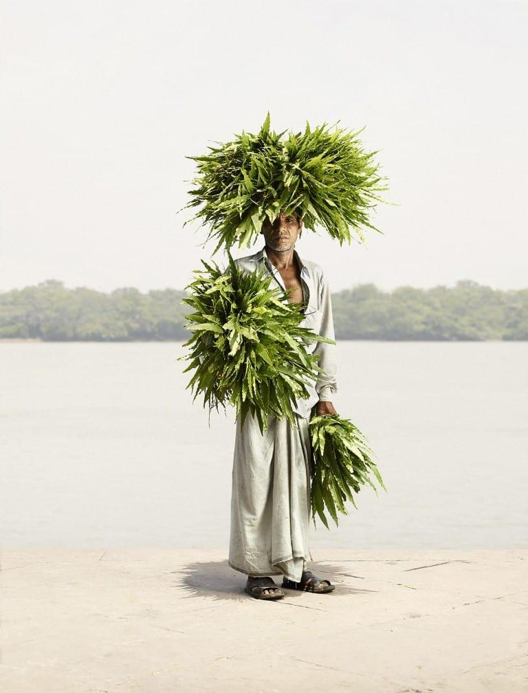 Fotografía de retrato de Ken Hermann, Odhir Gayen con Devdar Leaves, concurso de fotografía independiente