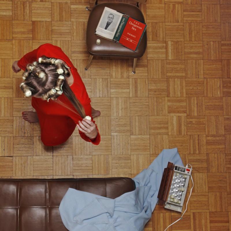 女人在客厅彩色摄影的海莉·艾钦鲍姆(Hayley Eichenbaum)和扎克·斯伯林根(Zach Swearingen)