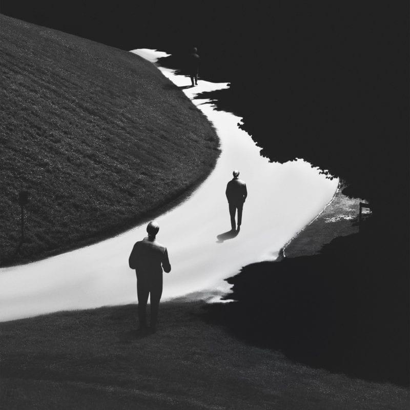深色和高对比度的风景摄影,专注于超现实主义和孤独感,通常像梦一样