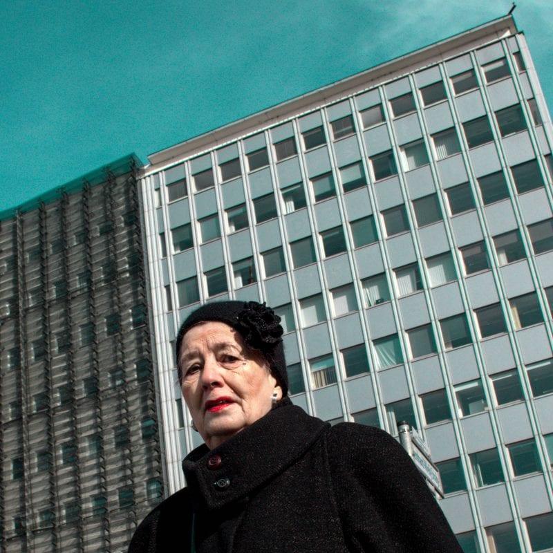 建筑物前的女人 street photography 一个人,通过efi logginou