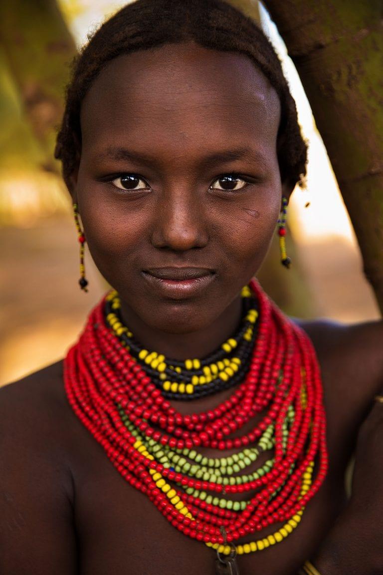 Fotografía de retrato de mujer etíope en color por mihaela noroc, la serie atlas of beauty