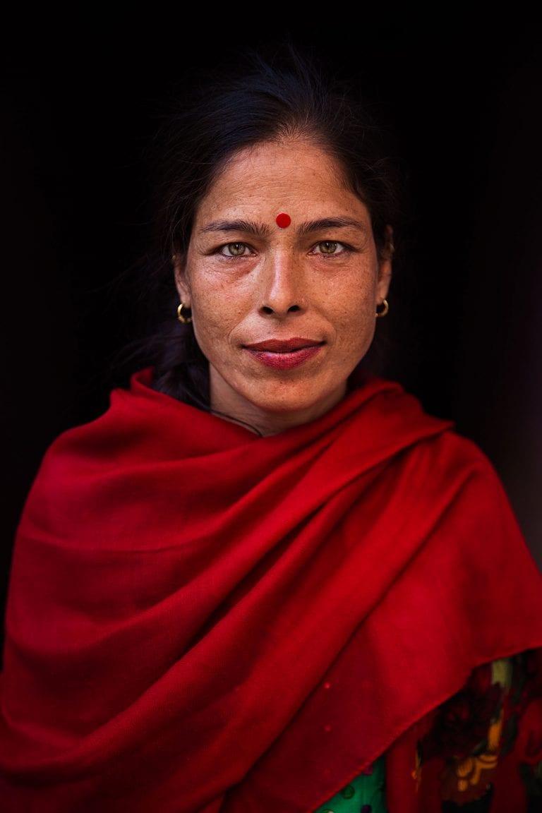 fotografía de retrato de mujer nepal en color por mihaela noroc, la serie atlas de belleza