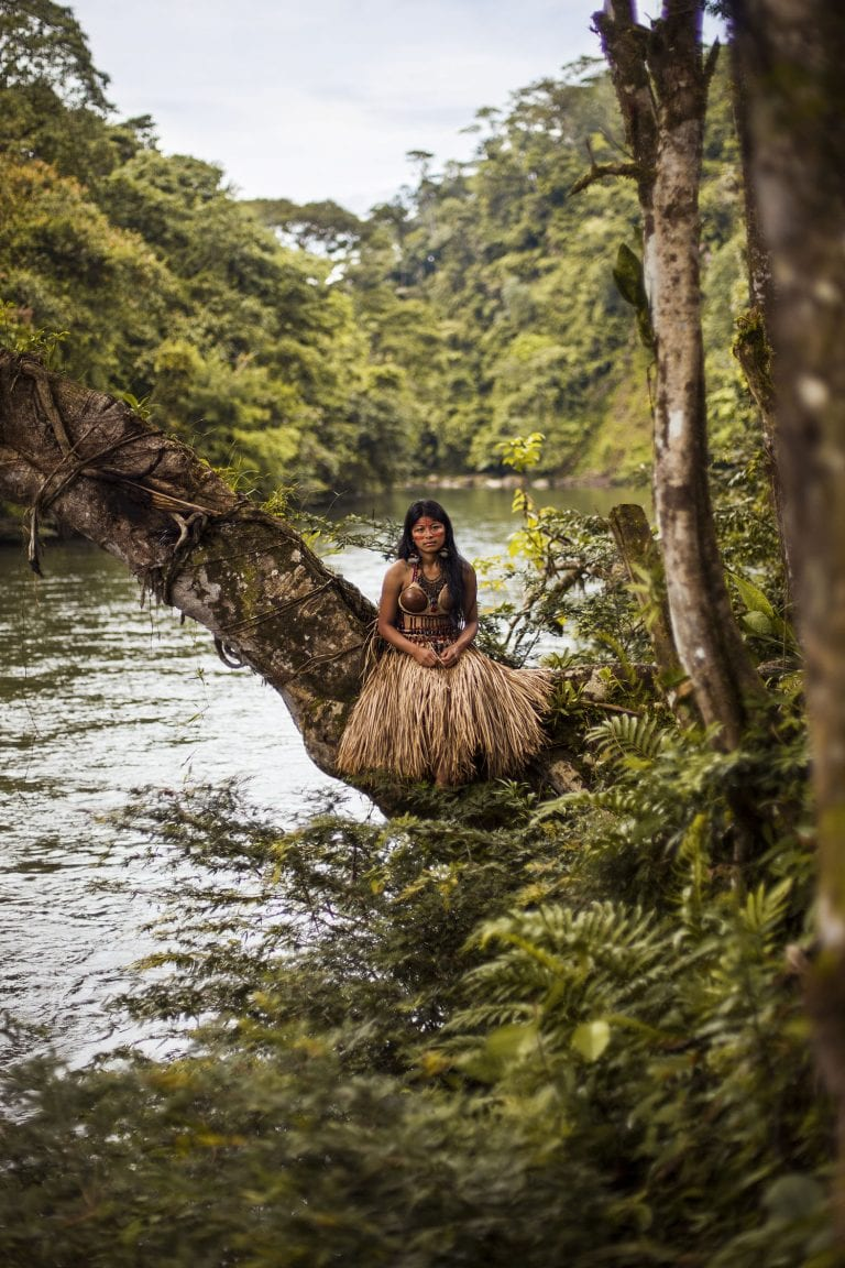 Fotografía de retrato de mujer en el color de la selva amazónica por mihaela noroc, la serie atlas de la belleza
