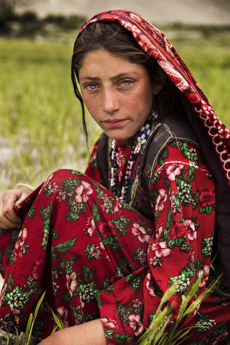 fotografía de retrato de mujer de Afganistán en color por mihaela noroc, la serie atlas de belleza