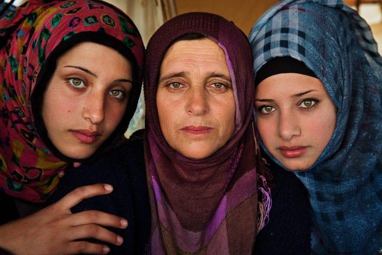 Tres mujeres sirias fotografía de retrato en color por mihaela noroc, la serie atlas de la belleza