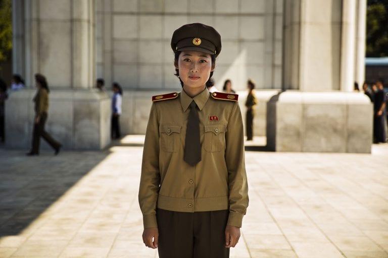 Fotografía de retrato de mujer de la guardia de corea del norte en color por mihaela noroc, el atlas de la serie de belleza
