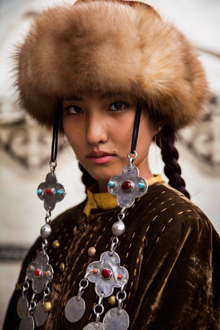 Kirguistán mujer con sombrero fotografía de retrato en color por mihaela noroc, el atlas de la serie de belleza