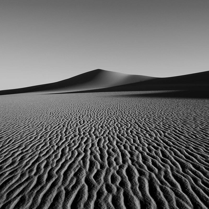 沙漠中的沙丘的黑白,高对比度的风景摄影