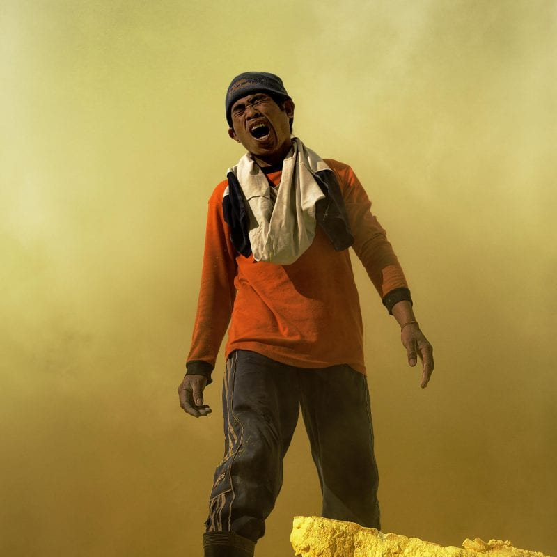 人站在彩色的雾纪实摄影中,休·布朗(Hugh Brown)