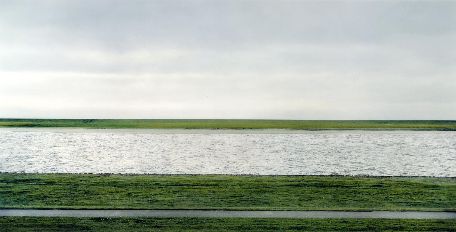 Rhein II von Andreas Gursky Der Rhein II, 1999 Deutschland