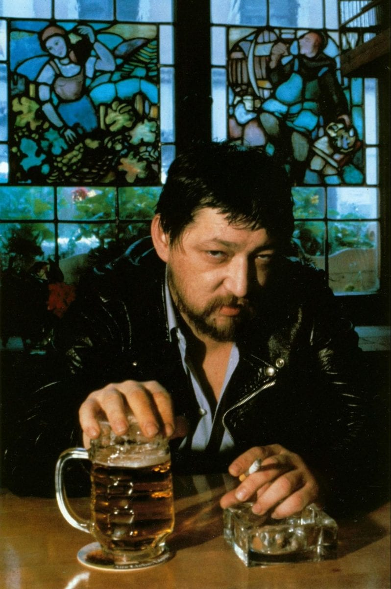 Rainer Werner Fassbinder trinkt Bier, München, Deutschland 1980 Helmut Newton