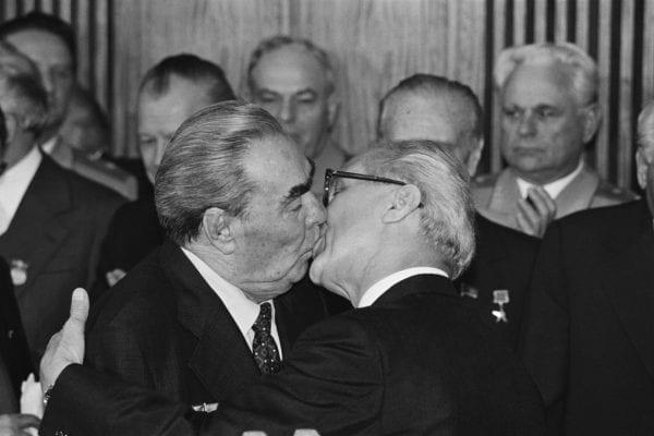 """Breschnew und Erich Honecker führen 1979 den """"sowjetischen Kuss"""" oder """"brüderlichen Kuss"""" Régis Bossu Deutschland auf"""
