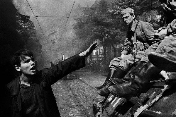 Invasione di Praga da parte delle truppe del Patto di Varsavia, Praga, Cecoslovacchia di Josef Koudelka / Magnum Photos 1968 Photography