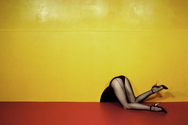 女人的腿黄色背景Guy Bourdin的彩色摄影