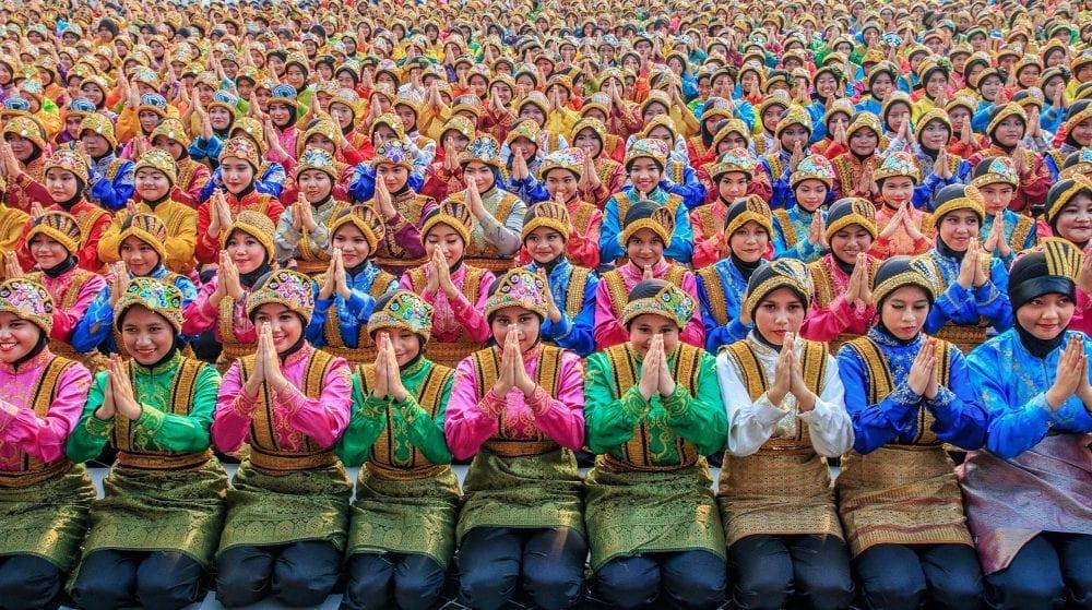 Frauen beten auf einem Festival, Farbfotografie