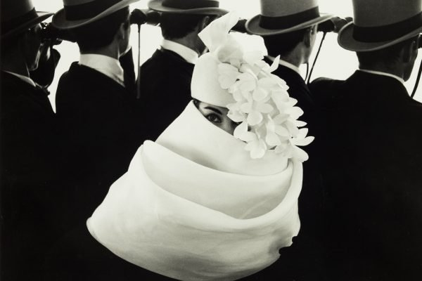 Givenchy Hat bei Longchamps Paris 1958, Schwarzweißfotografie von Frank Horvat