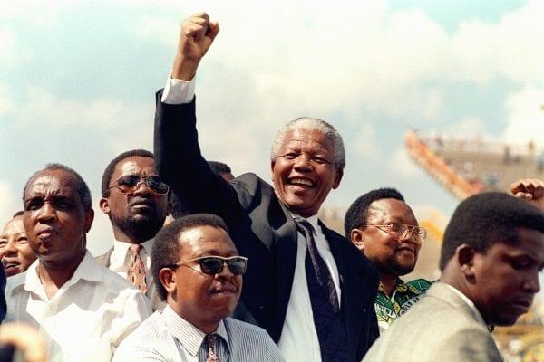 Nelson Mandela kommt am 15. März 1994 zu seiner ersten Wahlkundgebung nach Mmabatho, Südafrika