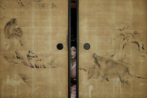Geisha hinter Wand Porträtfotografie von Anoush Abrar