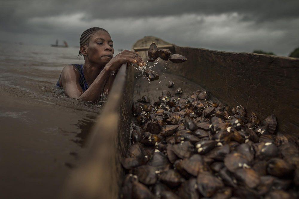 Dokumentarfotografie Frau im Wasserfischen von Kris Pannecoucke