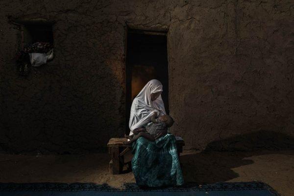 Dokumentarfotografie Frau stillt ihr Kind im Tschad von Marco Gualazzini
