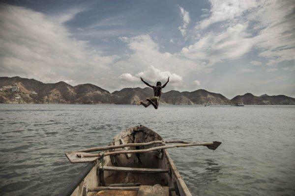 Mann, der in der Wasserfotografie durch Germán Rodriguez Laverde springt