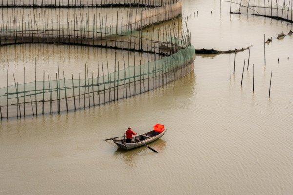 Ein Fischer, der das Labyrinth der Fischerkäfige betritt