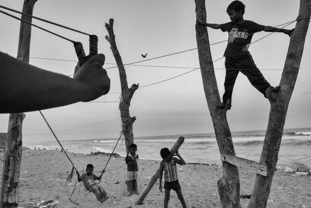 Schwarz-Weiß-Foto von Sasikumar Ramachandran, spielende Kinder am Strand, Chennai, Indien