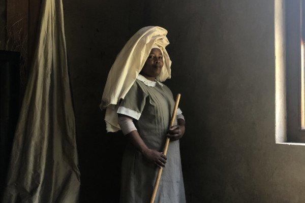 Porträt der Hausangestellten Monica in einem Vorort von Cape Town, Südafrika, von Claire Tan
