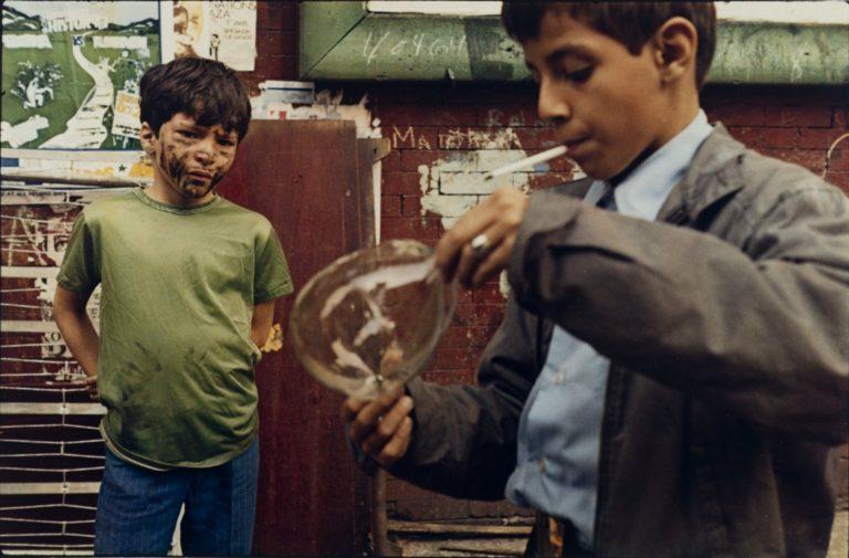 Boy with Bubble, 1972 photographie par Helen Levitt