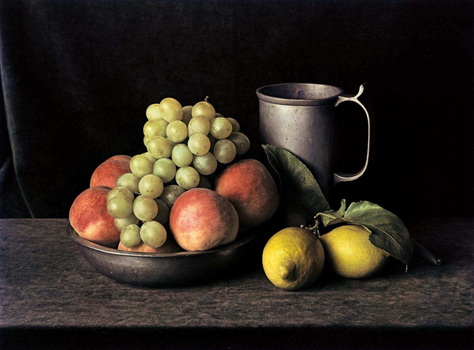 Zinnkrug mit Trauben (Stillleben Nr. 7), New York, 1997, Farbfotografie von Evelyn Hofer