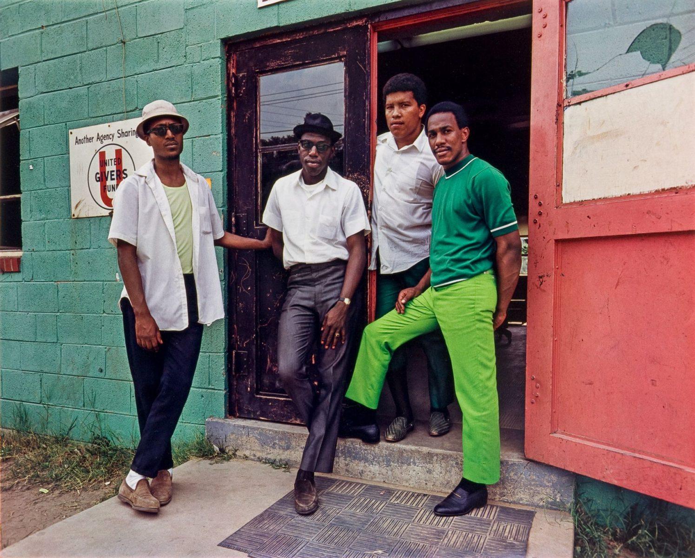 Vier junge Männer, Washington DC 1975, Farbfotografie von Evelyn Hofer