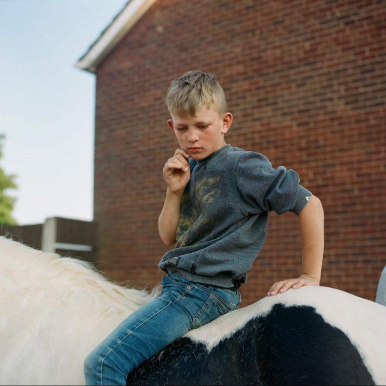 劳拉·潘纳克(Laura Pannack)男孩骑着彩色电影