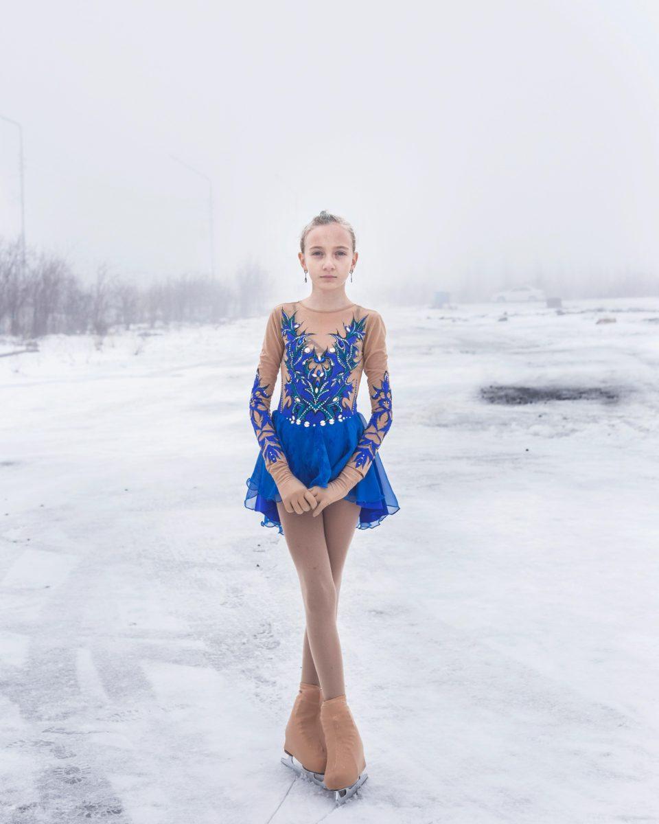 """Titel: """"дачный, Lena"""" - Udachny, Russland Dieses Porträt ist Teil eines Dokumentarfilms über eine Diamantenminenstadt in Jakutien, Russland. """"Udachny"""" ist der Name der Stadt, was als Glück übersetzt wird, weil dort die ersten russischen Diamanten gefunden wurden. Die Serie ist ein Porträt von """"Udachny"""" und eine Hommage an seine stolzen Bewohner, die unter rauen klimatischen Bedingungen im hohen Norden Russlands abreisen."""