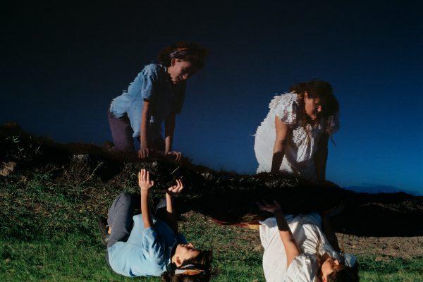 Retrato en color de dos niñas por la fotógrafa Alessandra Sanguinetti - La ilusión de un verano eterno