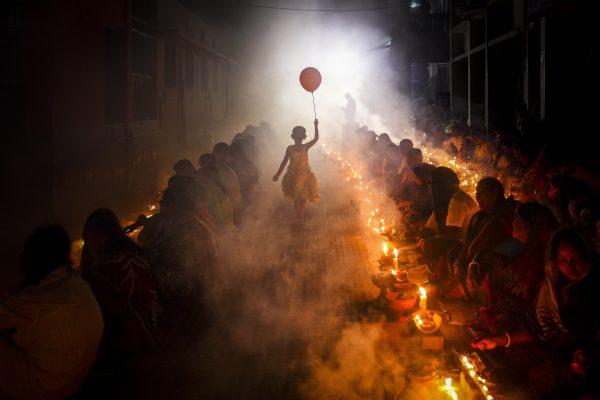 Fotografía en color de Mou Aysha, celebración hindú Bangladesh