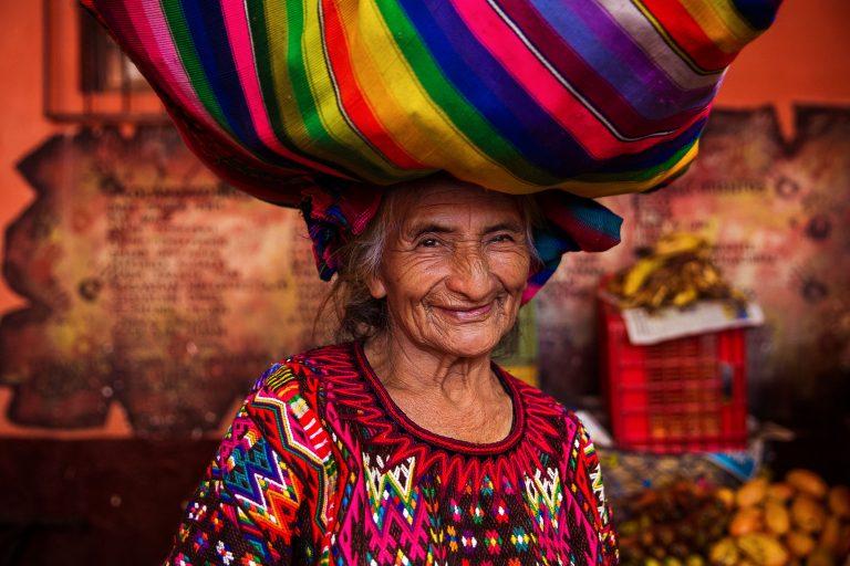 Una mujer de Guatemala - fotografía de retrato en color de Mihaela Noroc, serie atlas de la belleza