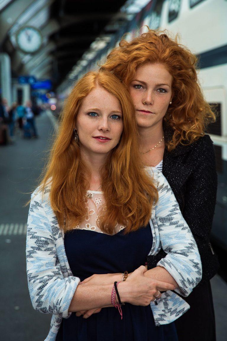 dos mujeres de Suiza - fotografía de retrato en color por mihaela noroc, la serie atlas de la belleza