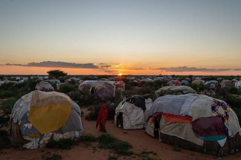 Fotografía en color de Nichole Sobecki, refugiada, migrante, campamento de Somalia, Somalilandia, carpas