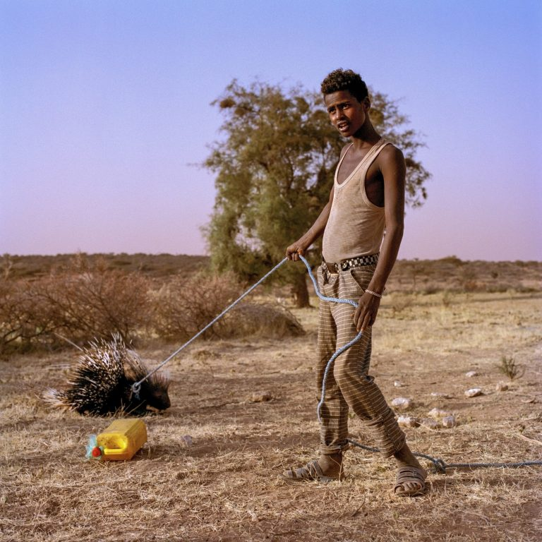 Fotografía en color, hombre, mascota, Somalia de Nichole Sobecki