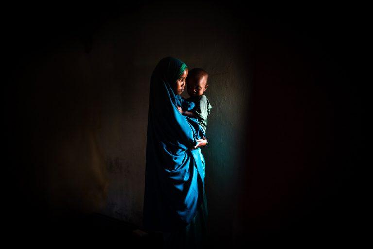Fotografía en color de retrato de una mujer y un niño por Nichole Sobecki