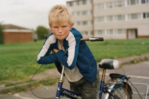 Fotografia su pellicola a colori di Laura Pannack ragazzino, gioventù in bicicletta