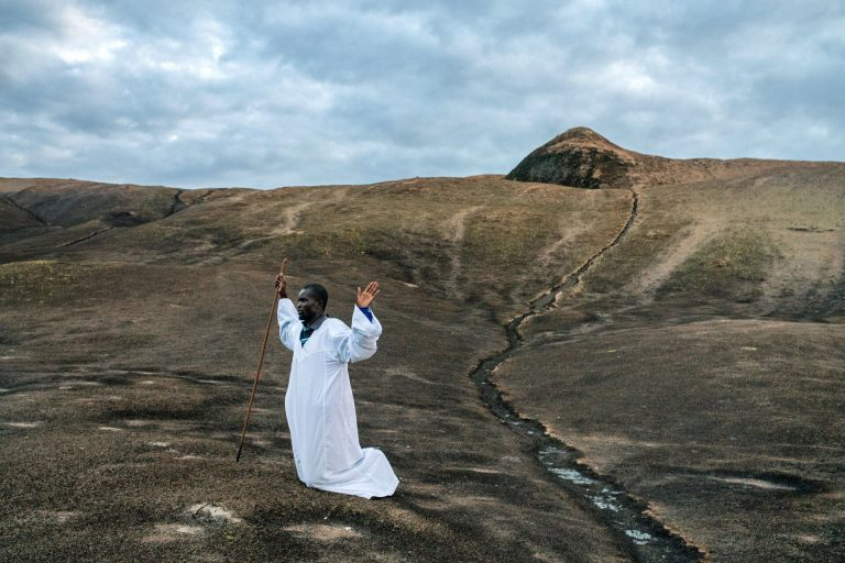 Fotografía en color por Nichole Sobecki, montañas Domboshawa, Zimbabwe, oraciones