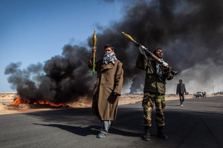 Fotografía en color de, hombres con armas, explosión, fuego Nichole Sobecki