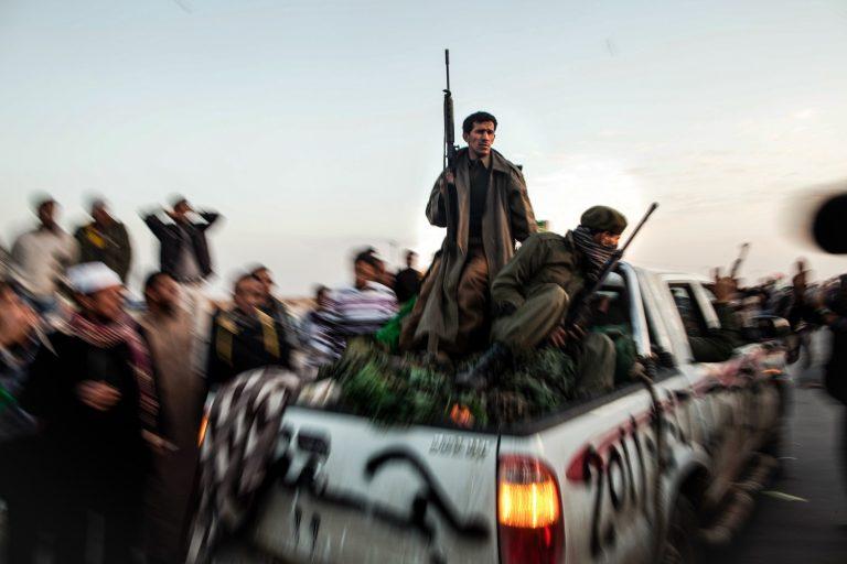Fotografía en color de, hombres con armas, camión, Nichole Sobecki