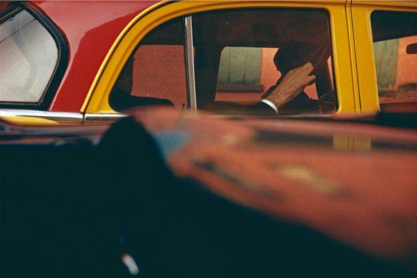 纽约市黄色和红色出租车Saul Leiter的彩色照片