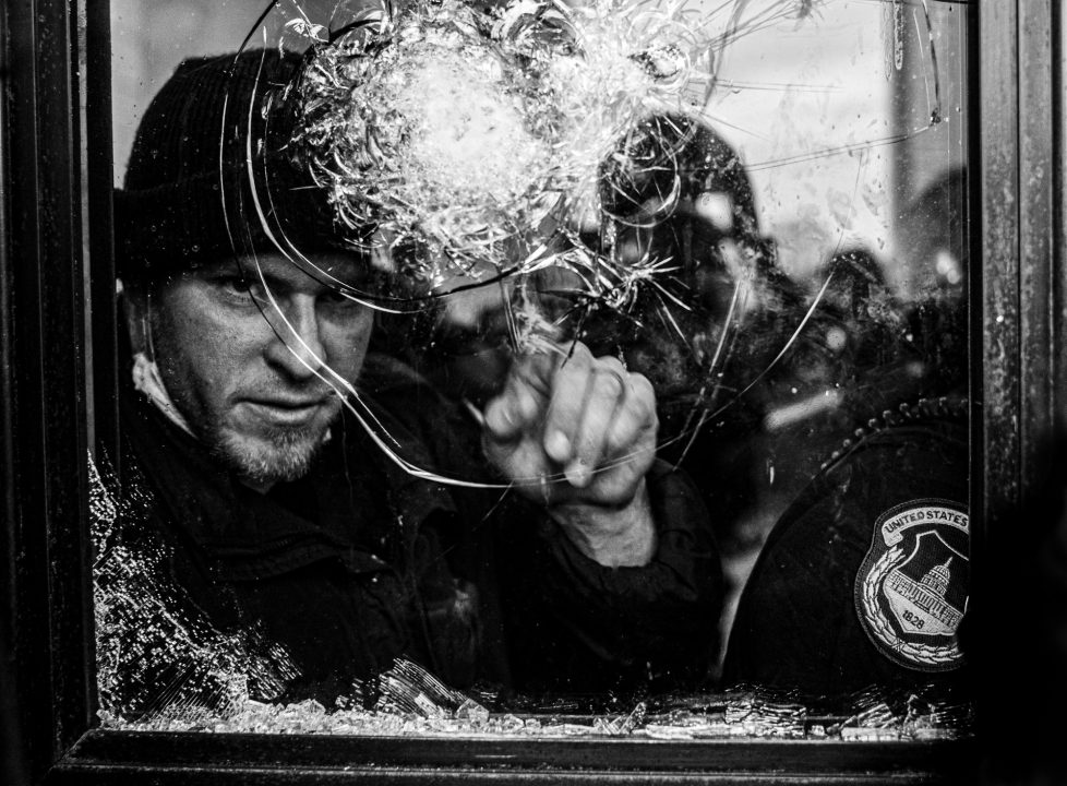 Black and white photograph of a US police officer at the capitol in washington, USA - Visual Storytelling Award