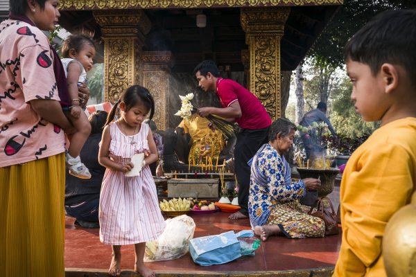 Straßenfarbfoto von Menschen in einem buddhistischen Tempel, aufgenommen in Siem Reap, Kambodscha von Florian EJ Lang