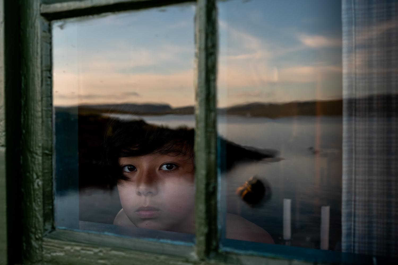 一个小男孩的彩色肖像,天空反射着,秋田顺子(Junko Akita)