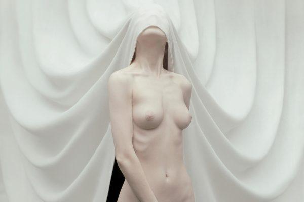 Fleur Louwe的裸体女人的彩色肖像照片