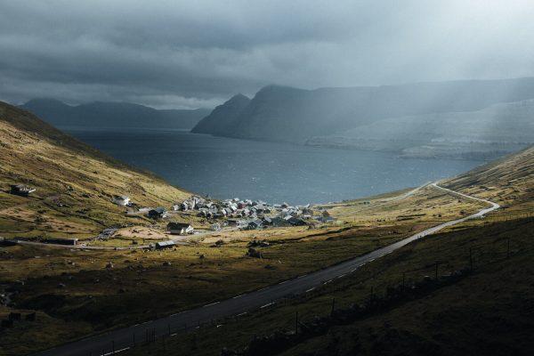 Landschaftsfarbfoto von Hannes Becker, Funningur, dem ältesten Dorf auf den Färöern